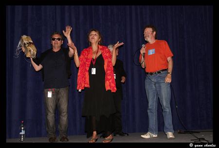 Mike remettant le prix Blues Sur Seine au groupe Honky Donk